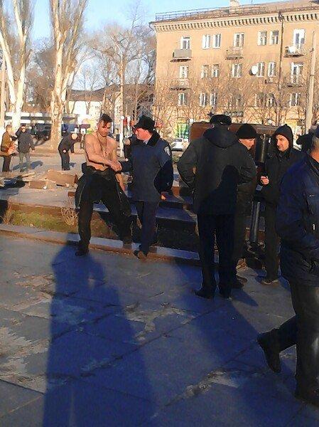 В Днепродзержинске на Майдане Героев демонтировали постамент памятника Ленину (фото) - фото 1
