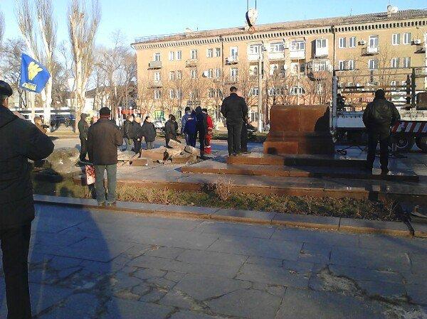 В Днепродзержинске на Майдане Героев демонтировали постамент памятника Ленину (фото) - фото 4