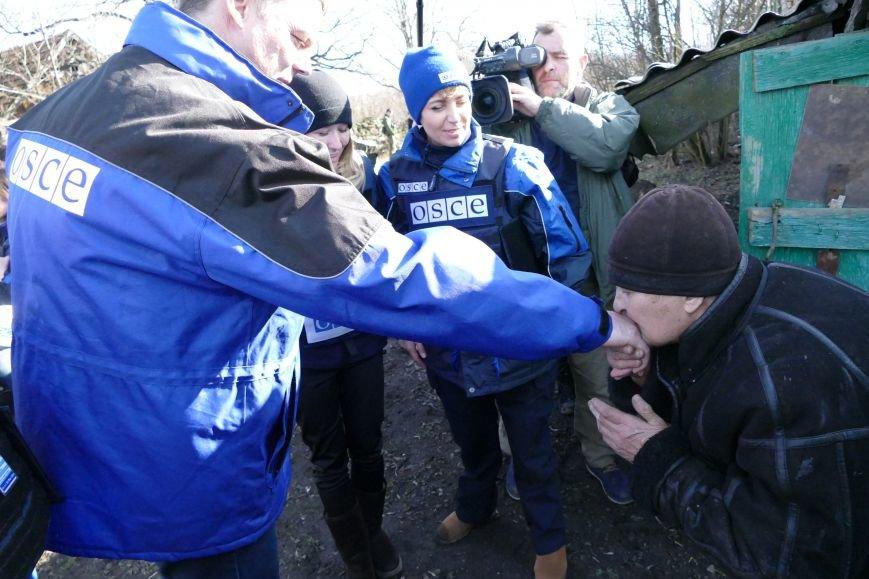 Жительница Зайцево поцеловала руку руководителю ОБСЕ (ФОТОФАКТ) (фото) - фото 1