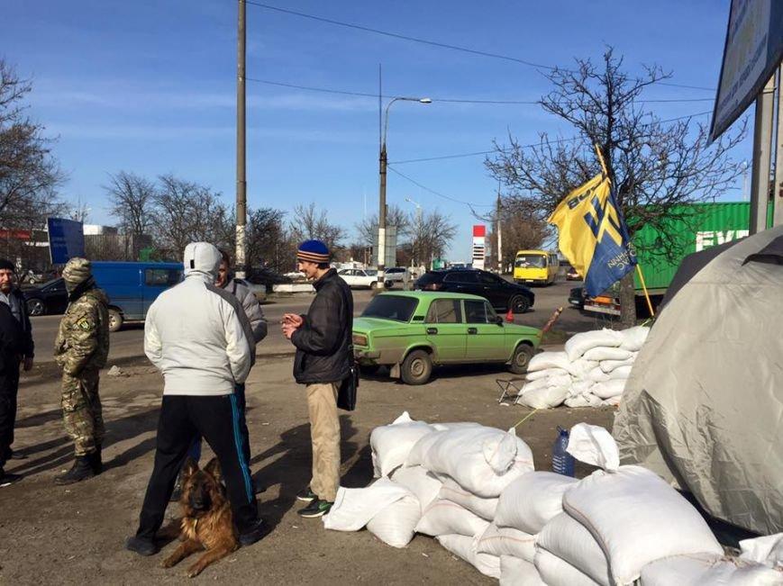 b013dd97490d686a03e1f33933eeae43 Под Одессой титушки прессингуют активистов, чтобы снять блокаду для российских фур
