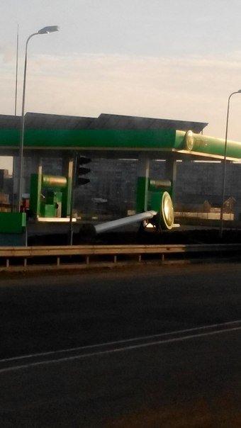 На одесской автозаправке ветром повалило столб (ФОТО) (фото) - фото 1