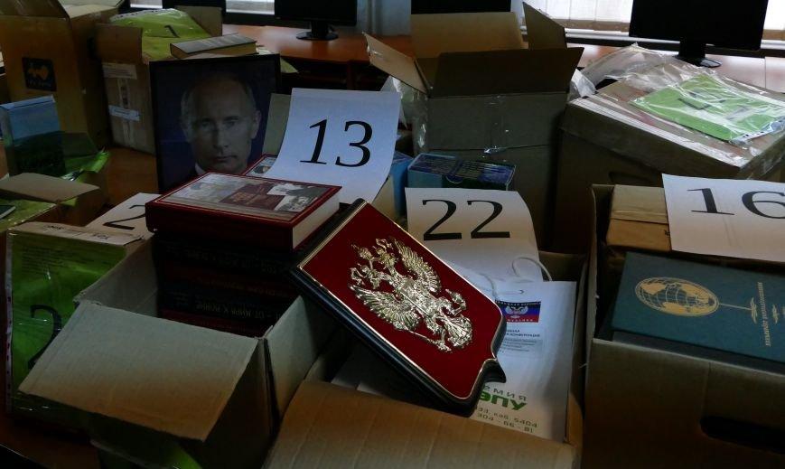 Из России в Донецк доставили гуманитарку портретами Путина, гербами РФ и книгами (фото) - фото 1