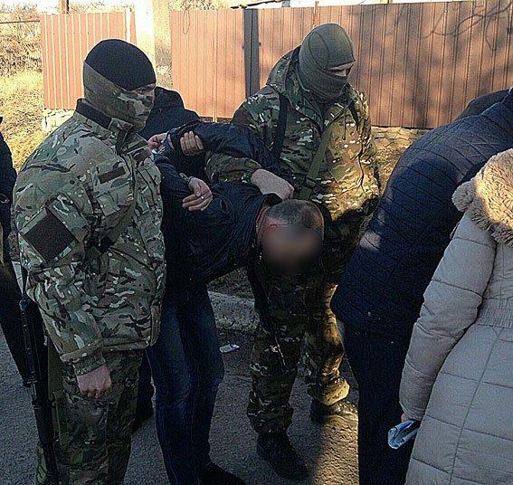Чиновника отдела юстиции Бахмута задержали на взятке (фото) - фото 1