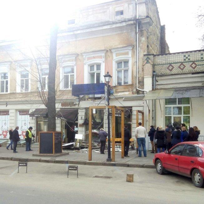 В центре Одессы на землю обрушился балкон (ФОТО) (фото) - фото 1