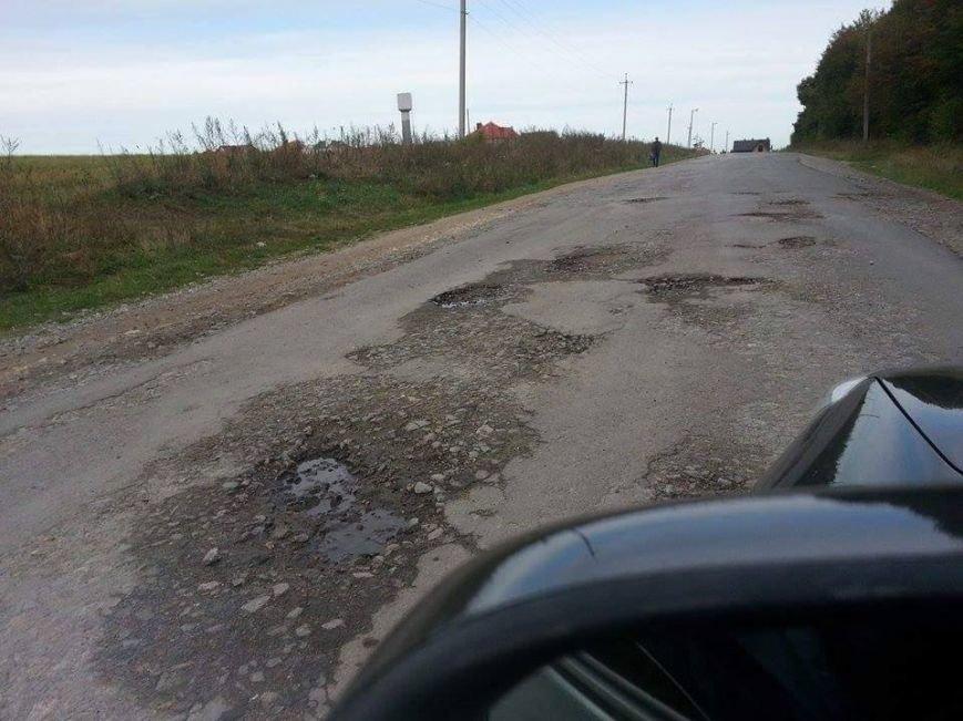«Неможливо об'їхати вибоїни» – жителі «Пронятина» про жахливий стан доріг (ФОТО) (фото) - фото 1
