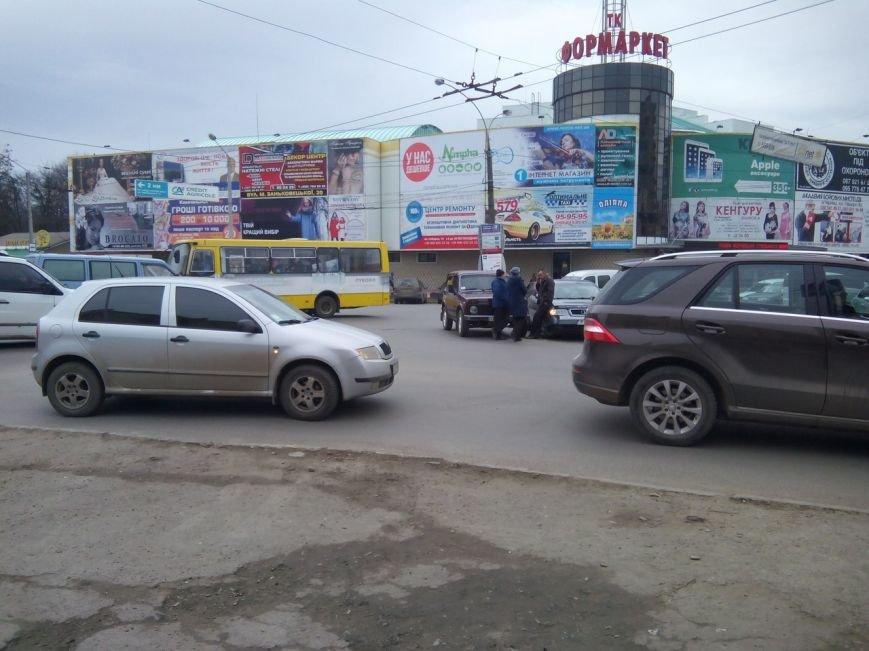 Біля Формаркету у Чернівцях зіткнулися дві автівки, фото-3