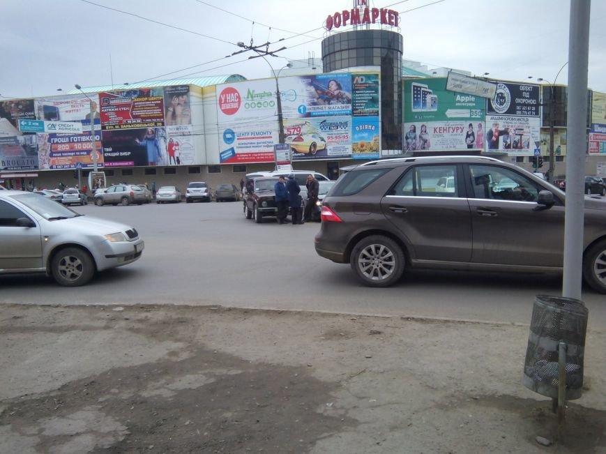 Біля Формаркету у Чернівцях зіткнулися дві автівки, фото-2