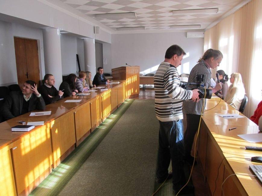 Сьогодні державні службовці та депутати Конотопської міської ради писали диктант з української мови, фото-2