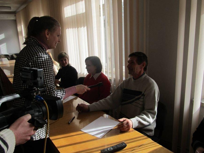 Сьогодні державні службовці та депутати Конотопської міської ради писали диктант з української мови, фото-1