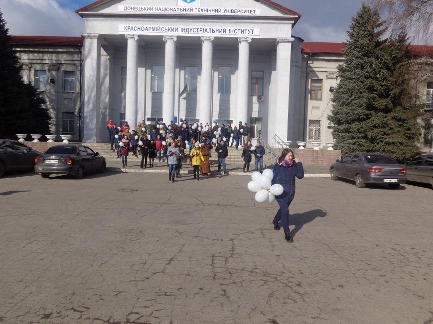 Сто белых шаров и минута молчания: студенты ДонНТУ Красноармейска почтили память и подвиг Героев Небесной Сотни (фото) - фото 14