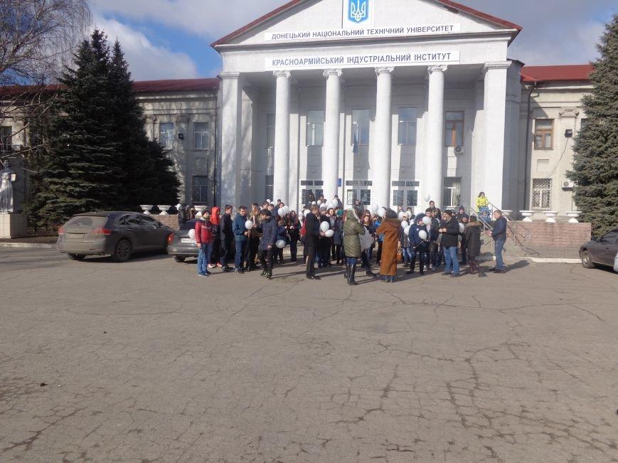 Сто белых шаров и минута молчания: студенты ДонНТУ Красноармейска почтили память и подвиг Героев Небесной Сотни (фото) - фото 15