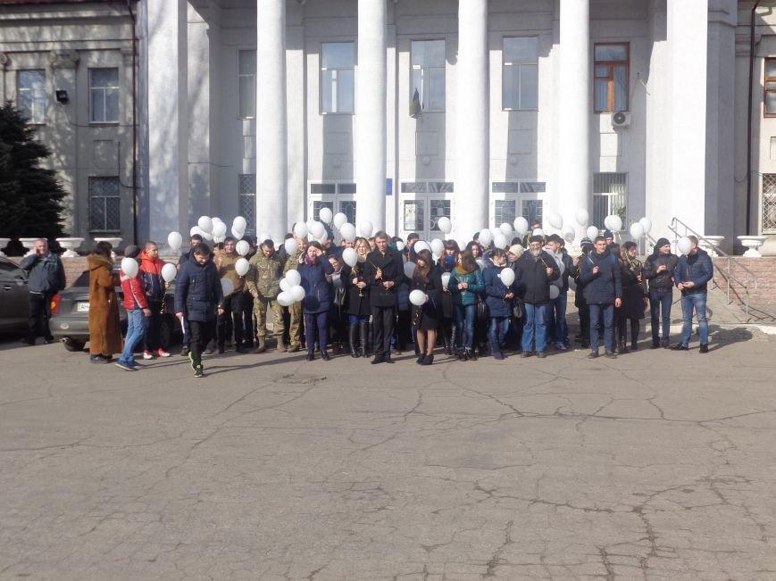 Сто белых шаров и минута молчания: студенты ДонНТУ Красноармейска почтили память и подвиг Героев Небесной Сотни (фото) - фото 18