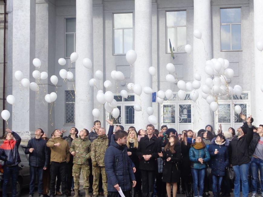 Сто белых шаров и минута молчания: студенты ДонНТУ Красноармейска почтили память и подвиг Героев Небесной Сотни (фото) - фото 20