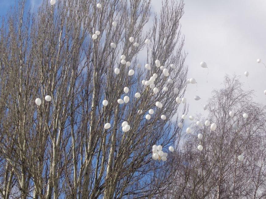 Сто белых шаров и минута молчания: студенты ДонНТУ Красноармейска почтили память и подвиг Героев Небесной Сотни (фото) - фото 21