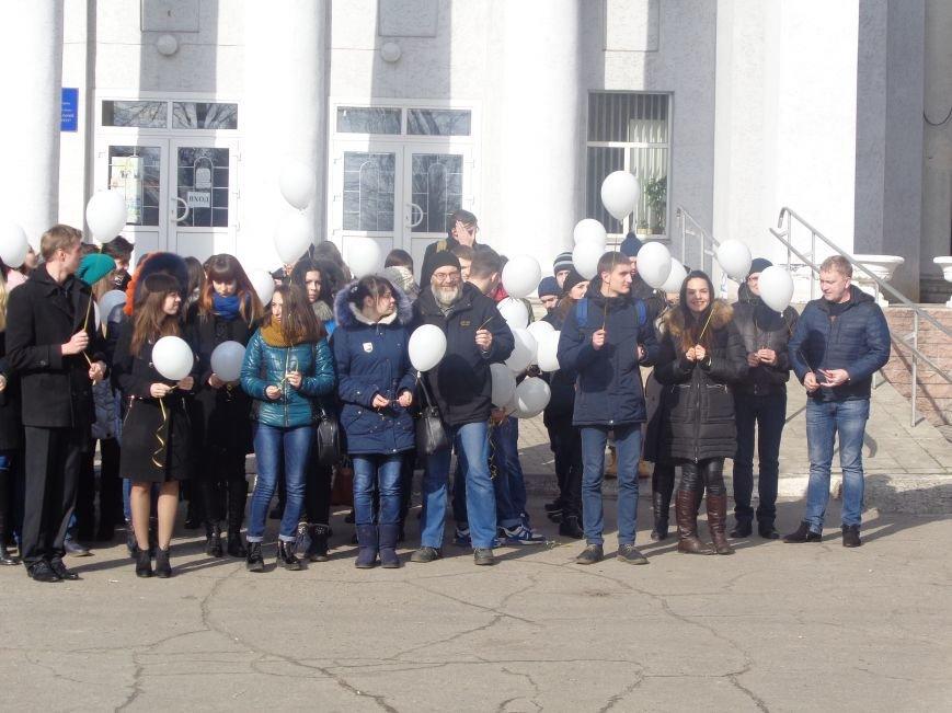 Сто белых шаров и минута молчания: студенты ДонНТУ Красноармейска почтили память и подвиг Героев Небесной Сотни (фото) - фото 17