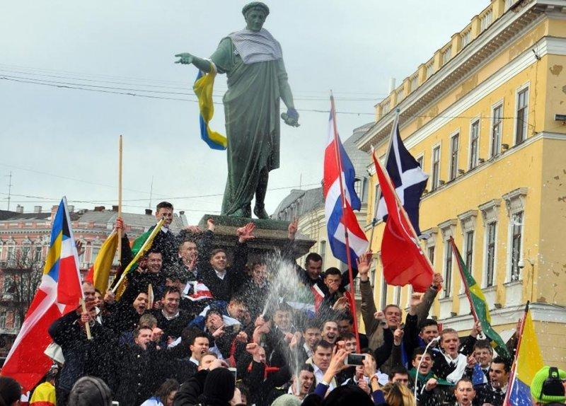df149dafc373f7ee48f311d88a280caf Одесского Дюка одели в тельняшку и украсили флагом