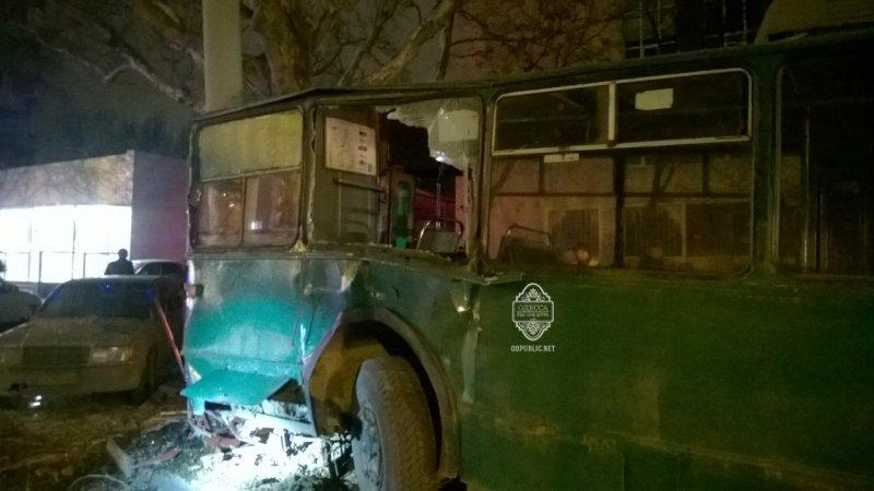 0b76b33e8e6bc783e22e3287848b7d5f В Одессе пьяный угнал троллейбус и врезался в столб