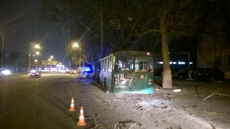 182b8b71a72165f04af16d6cb79cf950 В Одессе пьяный угнал троллейбус и врезался в столб