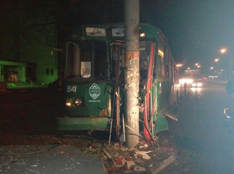 2b464c946e49ce760e92a003c8fb7bbe В Одессе пьяный угнал троллейбус и врезался в столб