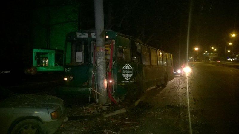 30918bba65e01c46d3140fa9fe3c05ce В Одессе пьяный угнал троллейбус и врезался в столб