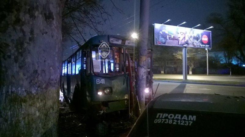 3a415cb4003a8254a5485d83ee1cc219 В Одессе пьяный угнал троллейбус и врезался в столб