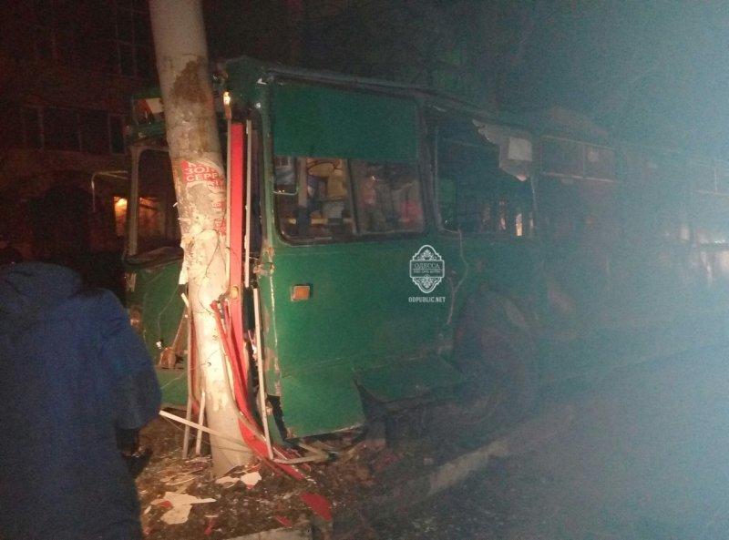 4ef4c8a0857a4199f94aba643841c194 В Одессе пьяный угнал троллейбус и врезался в столб
