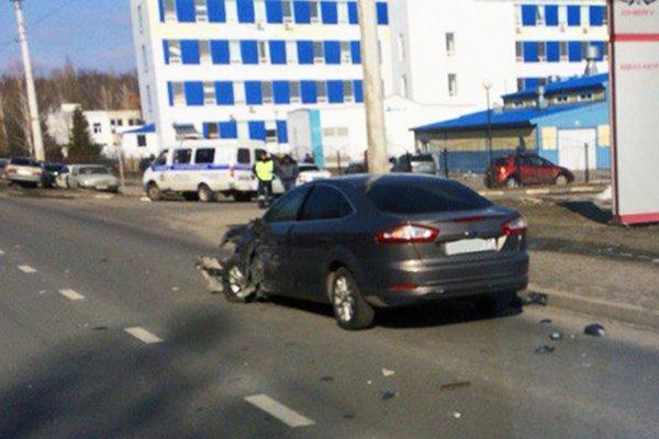 В Белгороде легковушка влетела в фонарный столб, фото-2