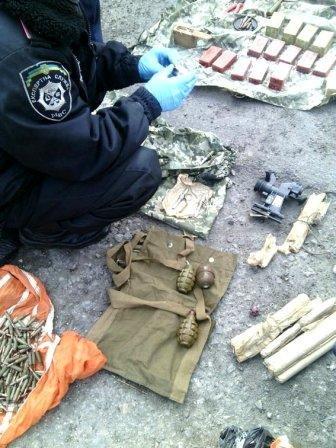 Полицейские в автомобиле обнаружили арсенал боеприпасов (фото) (фото) - фото 3