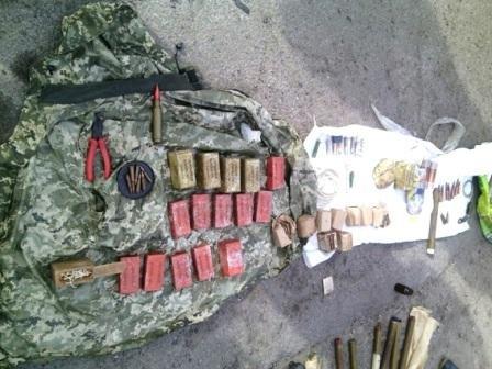 Полицейские в автомобиле обнаружили арсенал боеприпасов (фото) (фото) - фото 1