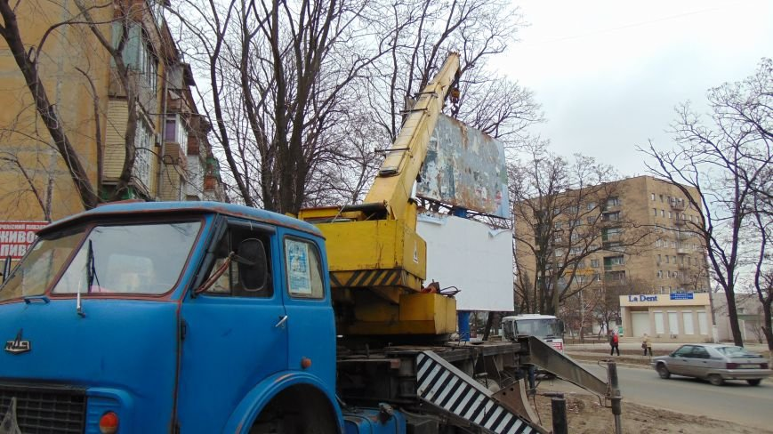 В Мариуполе кризис и падение деловой активности очищает улицы от билбордов (ФОТОФАКТ) (фото) - фото 1