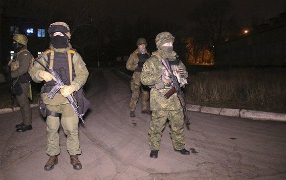 Ночью Мариуполь охраняют бронепатрули (ФОТО) (фото) - фото 1