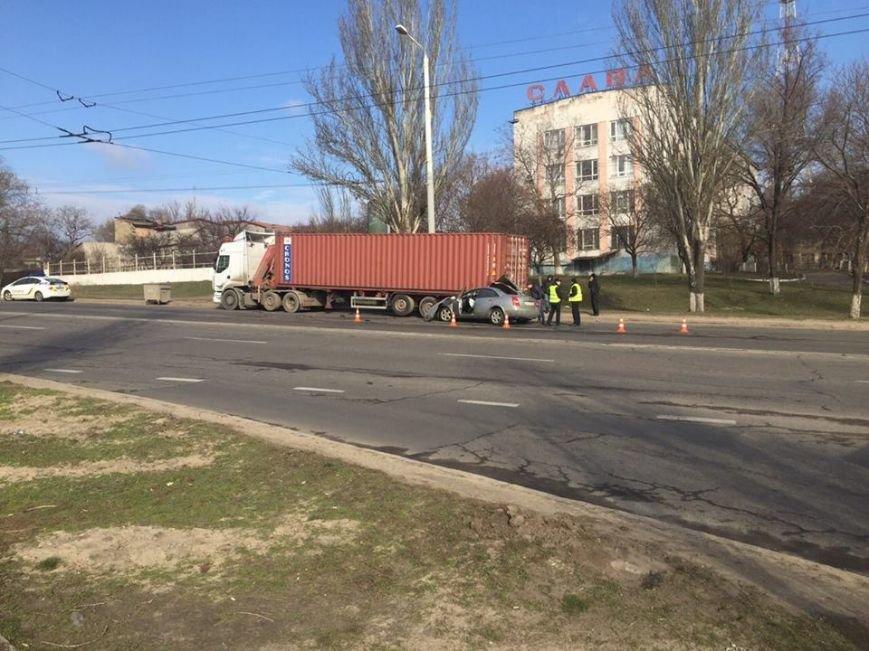 В Одессе иномарка врезалась в стоящую фуру (ФОТО), фото-1