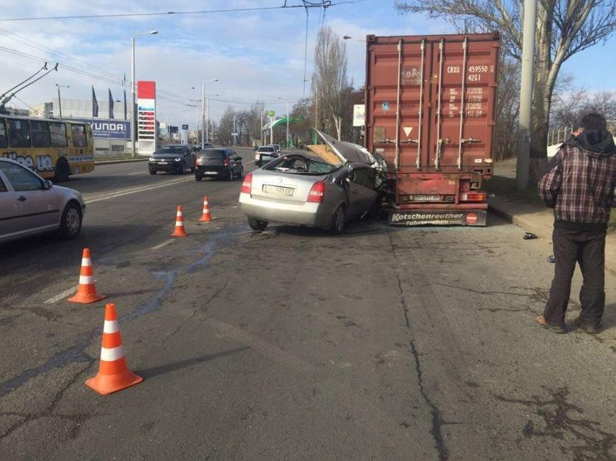 В Одессе иномарка врезалась в стоящую фуру (ФОТО), фото-2