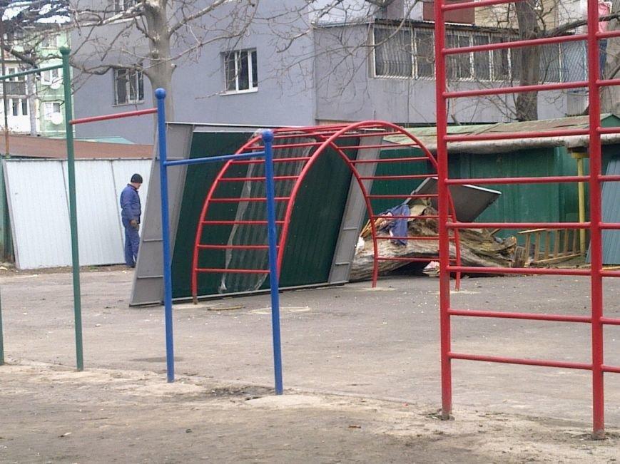89c71e850b18efe2be9d652431d55d1a Жить по-новому: Вместо детской площадки в Одессе поставили гараж