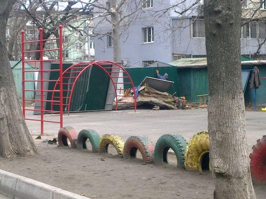 9aa982314dbf2d0379ee71c0c27c74c2 Жить по-новому: Вместо детской площадки в Одессе поставили гараж