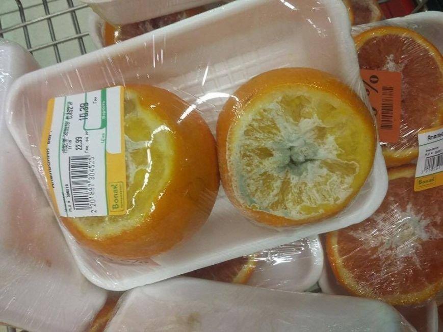 В ужгородських супермаркетах  продають фрукти зі цвіллю (фото) - фото 1