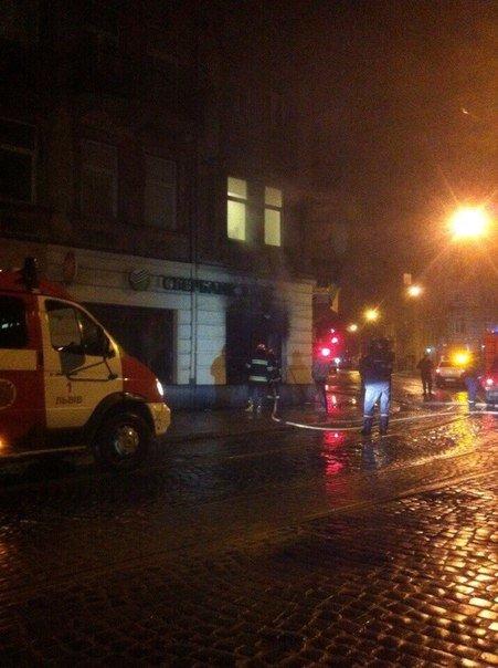 У Львові невідомі за ніч підпалили два відділення російських банків: з'явилися фото з місця події (фото) - фото 1