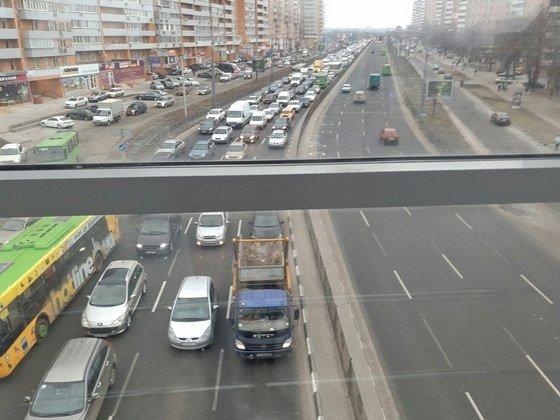 На проспекте Гагарина трамвай столкнулся с иномаркой: из-за ДТП образовалась
