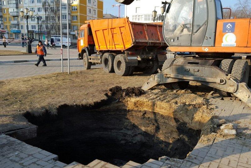 В Белгороде устраняют серьёзную коммунальную аварию: произошёл обвал канализационного коллектора (фото) - фото 1
