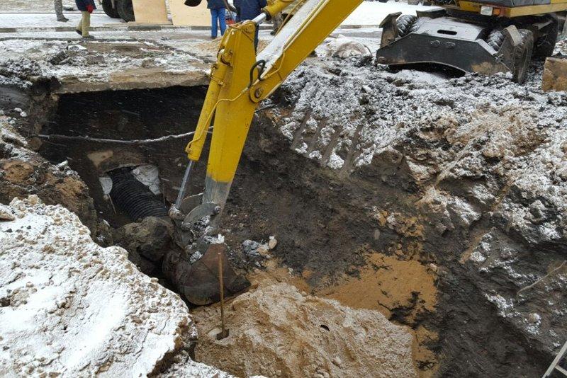 В Белгороде устраняют серьёзную коммунальную аварию: произошёл обвал канализационного коллектора (фото) - фото 3