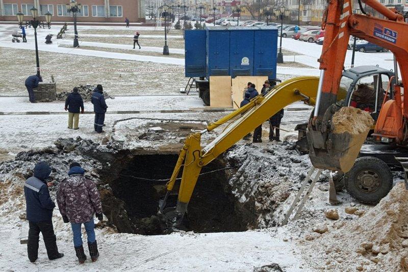 В Белгороде устраняют серьёзную коммунальную аварию: произошёл обвал канализационного коллектора (фото) - фото 2