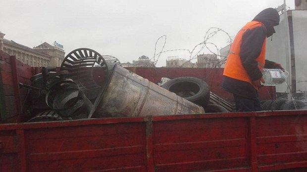 На Майдане коммунальщики демонтируют палаточный городок (ФОТО) (фото) - фото 1