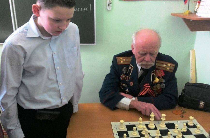 В Ялте юные шахматисты сыграли партию с ветераном ВОВ, фото-2