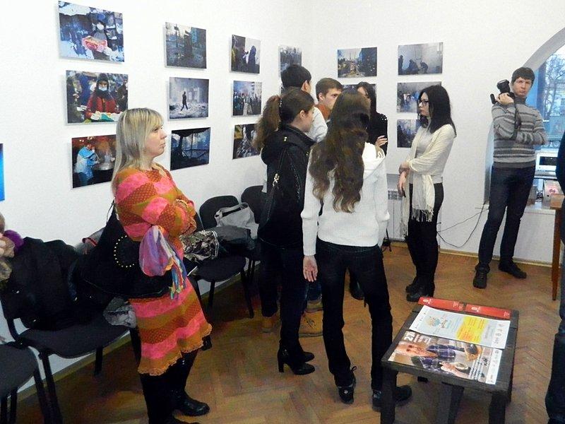 В Запорожье Небесной сотне посвятили открытие фотовыставки о Майдане(ФОТО) (фото) - фото 1