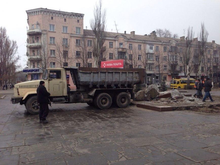 В Днепродзержинске убирают остатки памятника Ленину (фото) - фото 2