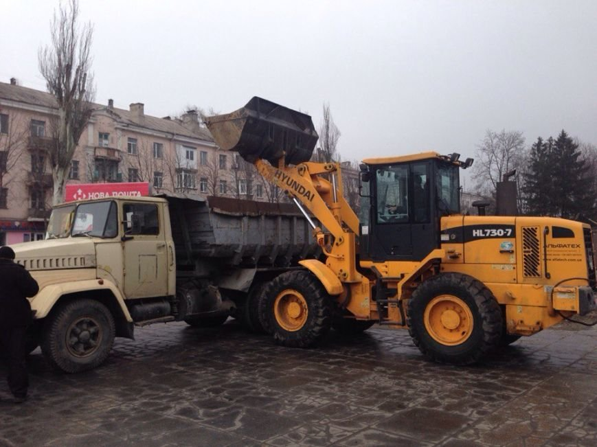 В Днепродзержинске убирают остатки памятника Ленину (фото) - фото 3