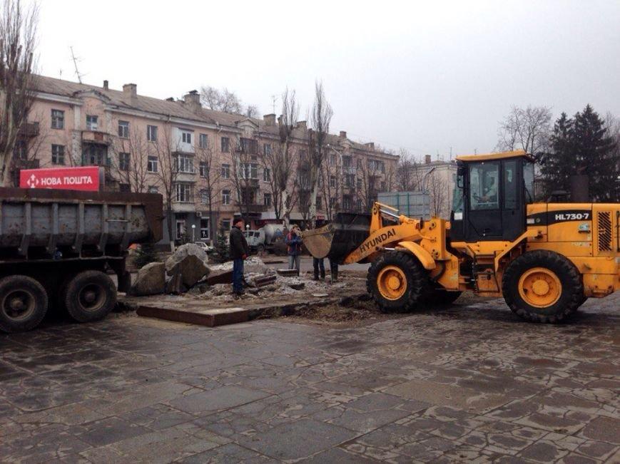 В Днепродзержинске убирают остатки памятника Ленину (фото) - фото 1