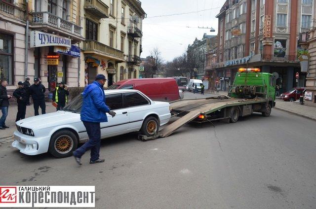 Як в центрі Івано-Франківська патрульні евакуйовували «БМВ» (ВІДЕО), фото-2