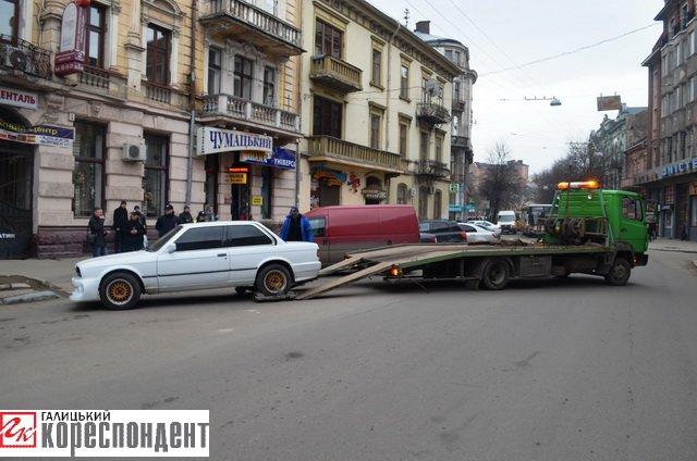 Як в центрі Івано-Франківська патрульні евакуйовували «БМВ» (ВІДЕО), фото-12