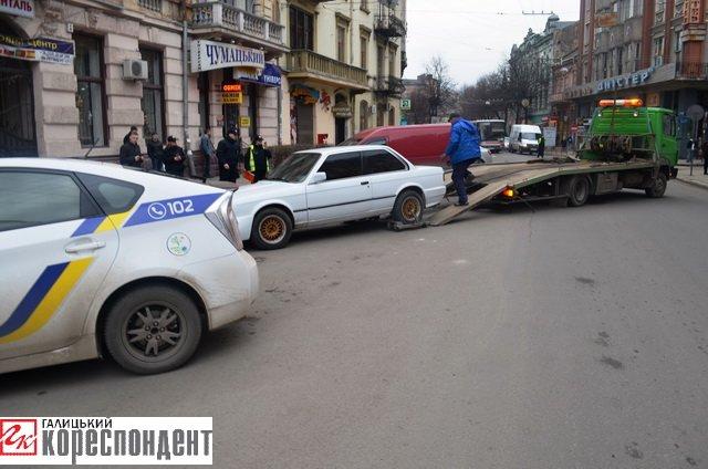 Як в центрі Івано-Франківська патрульні евакуйовували «БМВ» (ВІДЕО), фото-1